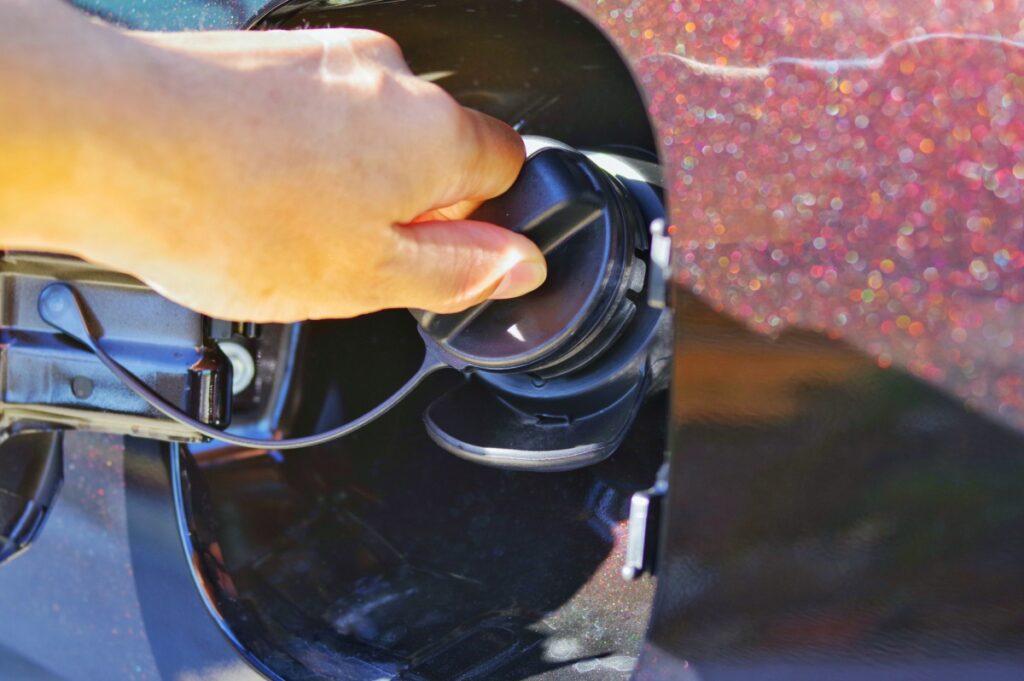 車の給油口のキャップを確認して下さい